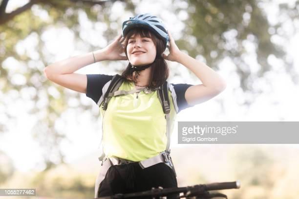 biker stopping in park - sigrid gombert photos et images de collection