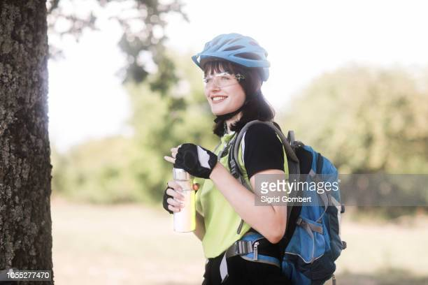 biker stopping in park - sigrid gombert stockfoto's en -beelden