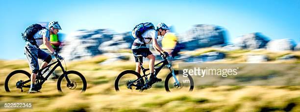 Ciclistas dirigindo em uma montanha Trail