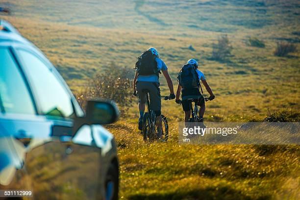 Cyclistes sur une piste de montagne