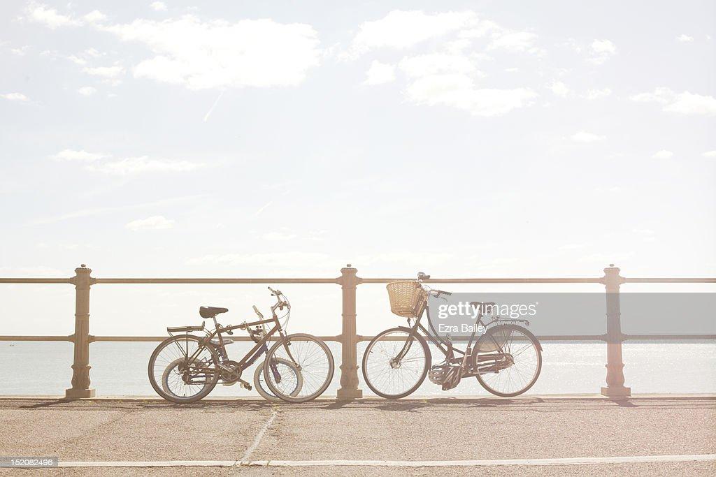 Bikes against beach railings : Bildbanksbilder