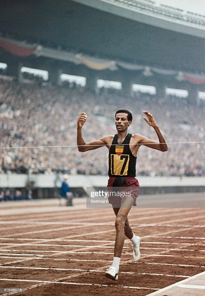 Bikila Abebe Winning Second Olympic Marathon : ニュース写真