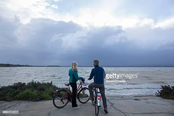 Radfahren Paar eine pause von water edge, Blick