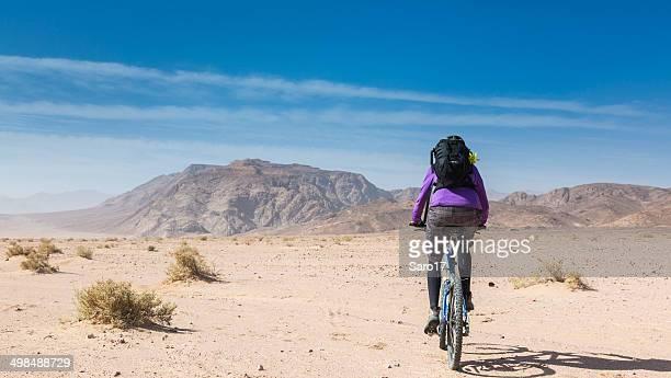 radfahren in das große wüste, jordanien - frau beine breit stock-fotos und bilder