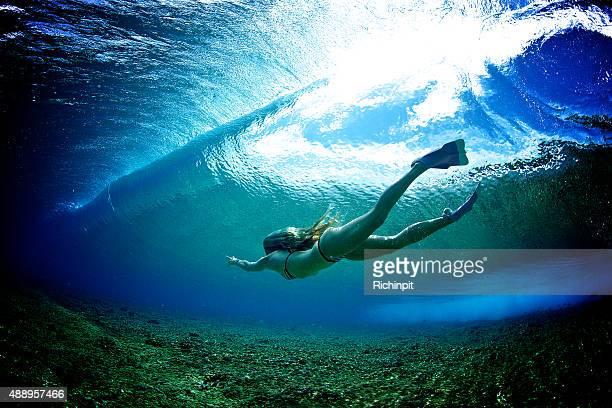 bodysurfs ビキニ姿の女の子に波を遮断 - インド洋 ストックフォトと画像