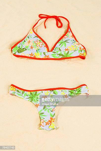 bikini in sand - monokini photos et images de collection