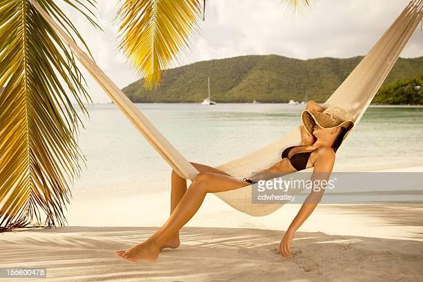 bikini mujer dormir una siesta en las sillas reclinables en una hamaca en la playa caribeña - exotismo fotografías e imágenes de stock