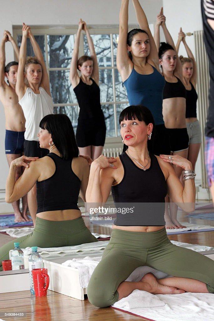 bikram yoga im studio 39 bikram yoga berlin mitte 39 yoga lehrerin saba news photo getty images. Black Bedroom Furniture Sets. Home Design Ideas