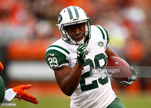 Bilal Powell of the New York Jets carries the ball for a touchdown during the second quarter against the Cleveland Browns at FirstEnergy Stadium on...