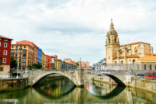 bilbao landscape with bridge and river - bilbao stockfoto's en -beelden