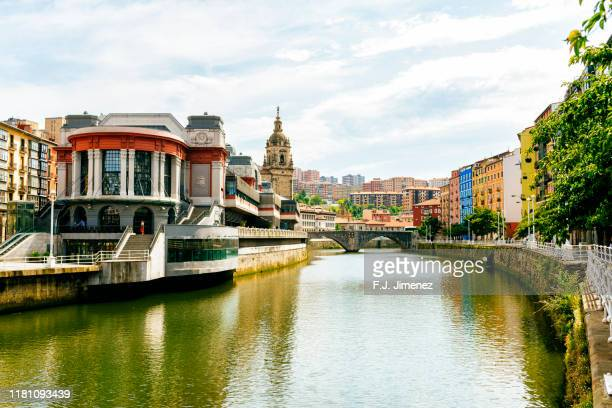 bilbao landscape with the market of ribera and the nervion river - bilbao stockfoto's en -beelden