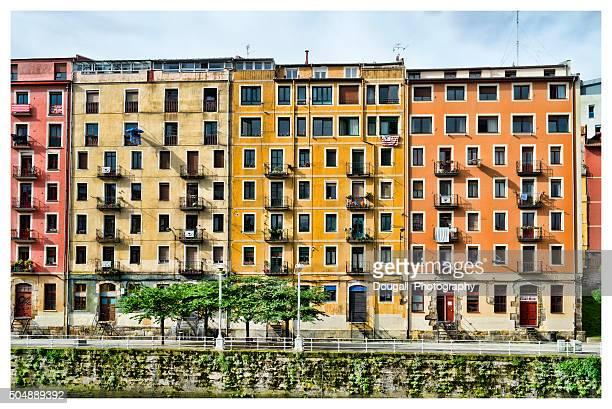 bilbao barrio casas vista al río nervión - bilbao fotografías e imágenes de stock