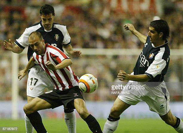 Athletic's Fran Yeste and Javier Flano vie with Osasuna's Raul Garcia 25 March 2006 during a Spanish league football match at the San Mames stadium...