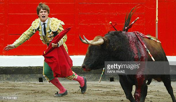 Spanish matador Julian Lopez 'El Juli' shouts after killing with sword his first El Pilar fighting bull during the fifth corrida of the Aste Nagusia...