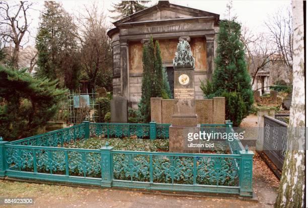 1303178109101841 Bildender Künstler Baumeister Architekt Maler D Grab auf dem Dorotheenstädtischen Friedhof in der Chausseestrasse in Berlin Dezember...