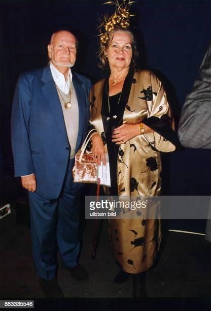 Bildhauer D Ganzkörperaufnahme mit seiner Ehefrau Ulla in festlicher Kleidung Juni 2000