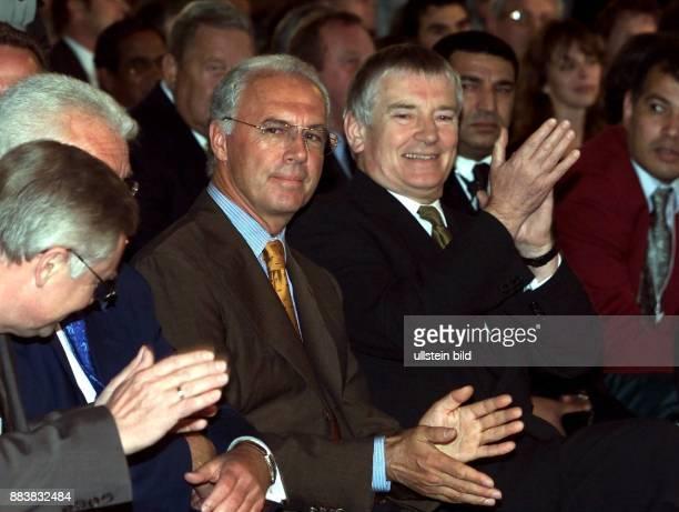Bildnummer: 00217281 Datum:Copyright: imago/Ulmer DFB-Vizepräsident Franz Beckenbauer und Bundesinnenminister Otto Schily klatschen zufrieden Beifall...