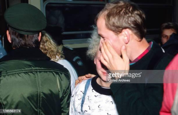 Direkt nach der Öffnung der Grenze der DDR treffen Flüchtlinge in einem überfüllten Zug aus Warschau im Bahnhof in Helmstedt am 2. Oktober 1989 ein...
