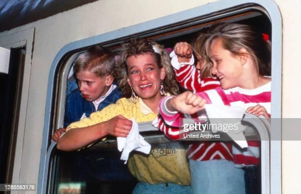 Direkt nach der Öffnung der Grenze der DDR treffen vor Glück weinende Flüchtlinge in einem überfüllten Zug aus Warschau im Bahnhof in Helmstedt am 2....