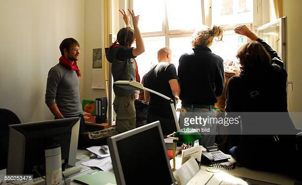 Bildungstreik Studenten protestieren für bessere Bildung und besetzen Büros der Senatsverwaftung für Finanzen in der Klosterstrasse in Berlin