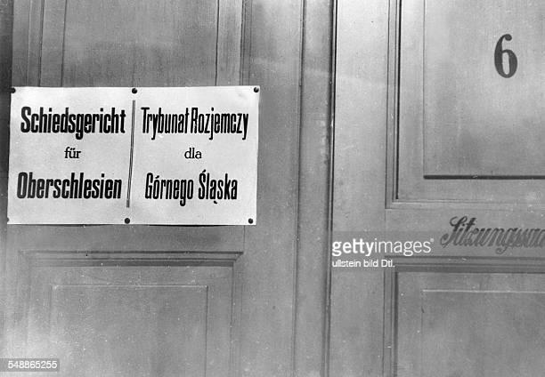 Bilingual inscription on the door of the tribunal of Upper Silesia 1930 Photographer Weltrundschau Neudin 48/1930 Vintage property of ullstein bild