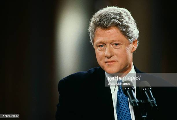 bill clinton at a news conference - president stockfoto's en -beelden