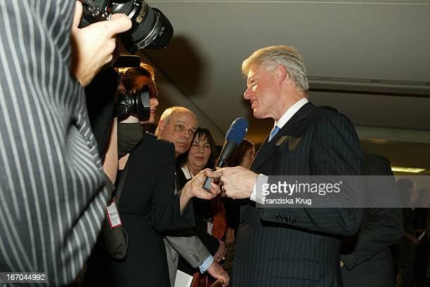Bill Clinton Bei Der Ankunft Zur Verleihung Des Deutschen Medienpreis 2003 In Baden Baden Am 210104