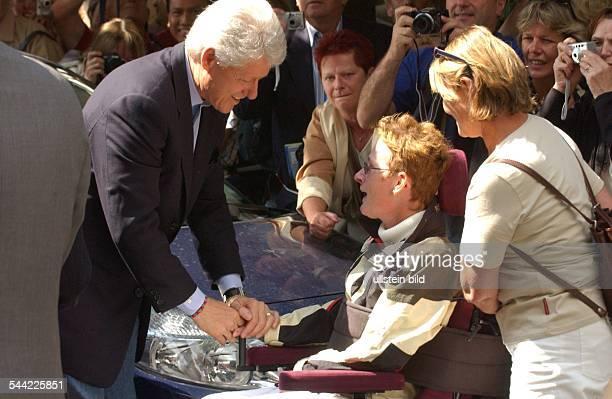 Bill Clinton ExPräsident USA in Berlin mit Bevölkerung