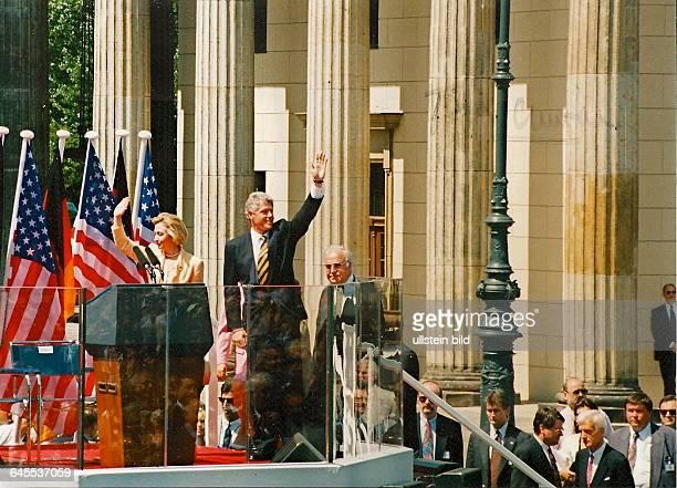 Bill Clinton Hillary Clinton winken den Berlinern zur Begrüssung zu Helmut Kohl dahinter Berlin Tribüne am Brandenburger Tor