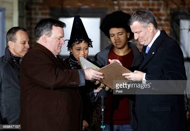 Bill de Blasio signs the oath of office as State Attorney General Eric Schneiderman and his children Chiara de Blasio and Dante de Blasio look on...