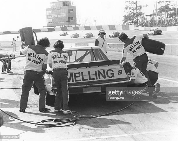 Bill ElliottÕs Melling Oil Pumps pit crew services his car during a pit stop at Darlington Raceway.