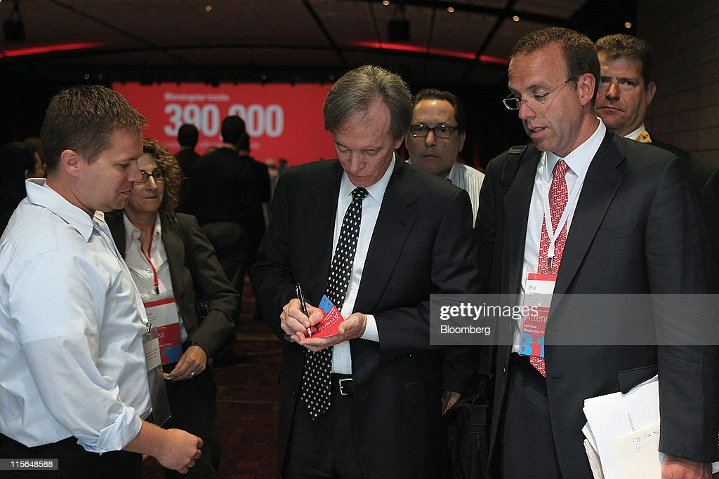 Bill Gross, co-chief investment officer of Pacific Investment Management Co., signs an autograph after speaking at the Morningstar Investment Conference in Chicago, Illinois, U.S., on Wednesday, June 8, 2011. Gross, manager of the world's biggest bond fund, said stock markets will be 'on their own' once real interest rates can't go lower. Photographer: Tim Boyle/Bloomberg via Getty Images