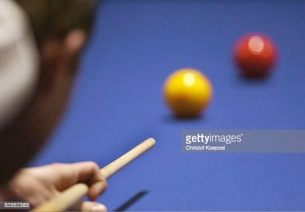 Billard WM 2004 Viersen Mannschaft Dreiband Detail Spieler der mit dem Queue die Billardkugel anstoesst 050304