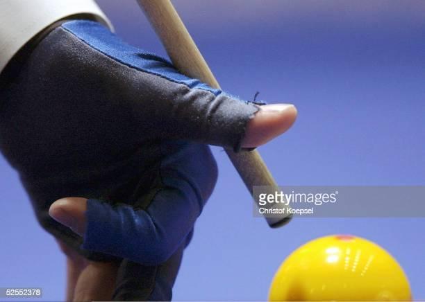 Billard WM 2004 Viersen Mannschaft Dreiband Spezial Detail Hand und Queuespitze beim Anstoss an die Billardkugel 050304