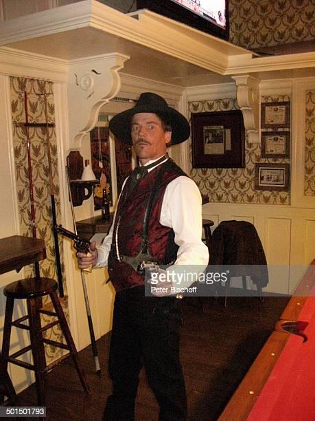 Billardspieler Saloon Westerndorf Tombstone Village Arizona Nordamerika Amerika USA innen Billardtisch Kostüm Revolver Waffe Hut Reise BB DIG PNr...