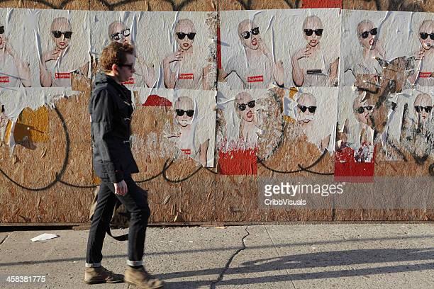 Panneau d'affichage de New York, à la collaboration de Lady Gaga Supreme marque fly les posters et la rue piétonne