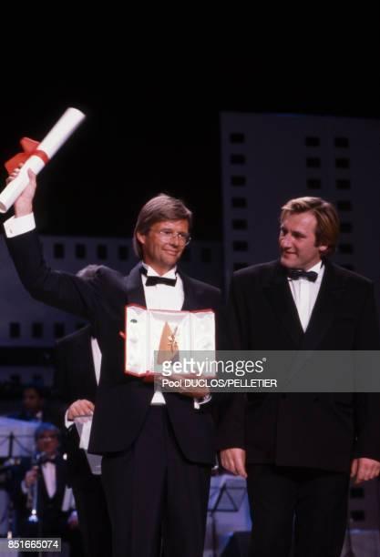 Bille August et Gérard Depardieu lors de la proclamation du palmarès du 41e Festival de Cannes le 23 mai 1988 à Cannes France