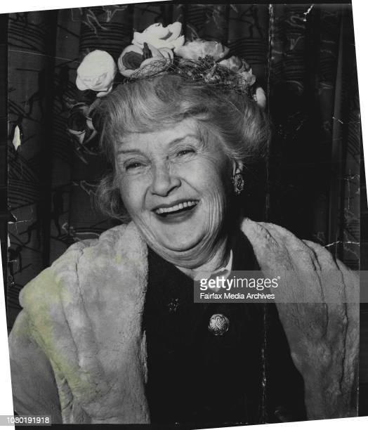 Billie Burke wife of the late Florenz Ziegfeld ***** Mascot airport July 11 1960