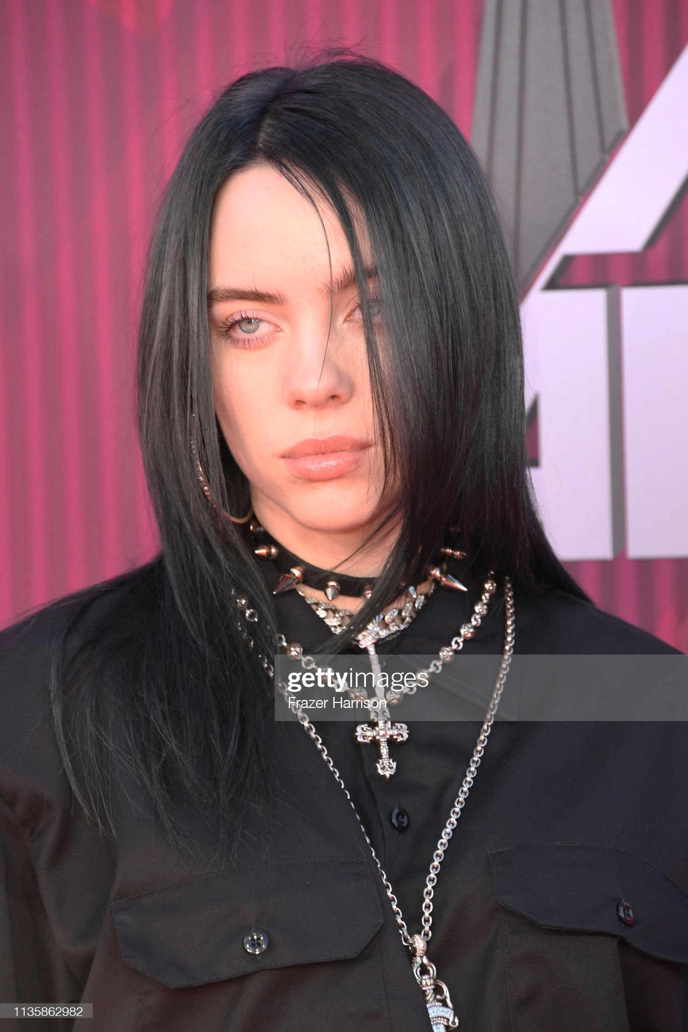 ¿Cuánto mide Billie Eilish? - Altura - Real height Billie-eilish-attends-the-2019-iheartradio-music-awards-which-live-picture-id1135862982?s=2048x2048