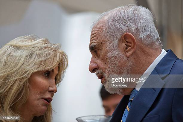 Billionaire activist investor Carl Icahn right speaks with his wife Gail Golden at the Leveraged Finance Fights Melanoma charity event in New York US...