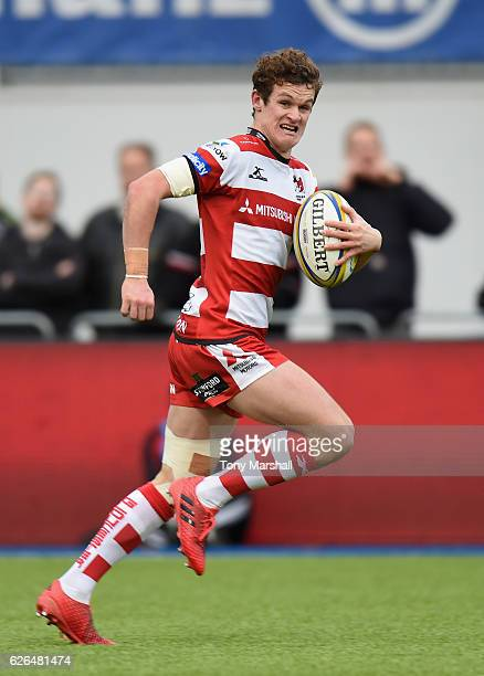 Billy Burns of Gloucester Rugby runs in to score a try during the Aviva Premiership match between Saracens and Gloucester Rugby at Allianz Park on...