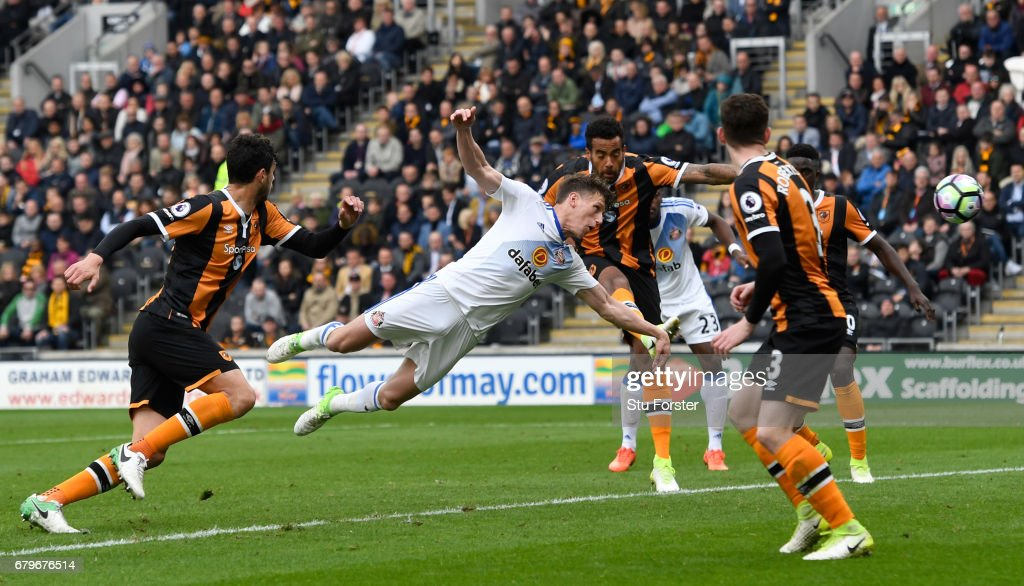 Billy Jones of Sunderland scores the first goal with a diving header during the Premier League match between Hull City and Sunderland at KCOM Stadium on May 6, 2017 in Hull, England.