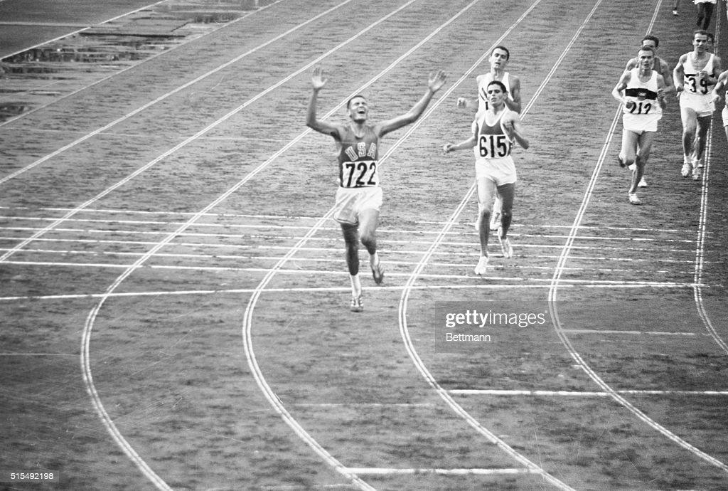 Billy Mills Winning Race in Olympics : Nachrichtenfoto