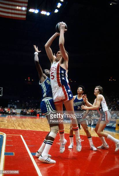 Billy Paultz of the New York Nets shoots against the Carolina Cougars during an ABA basketball game circa 1971 at the Rutgers Athletic Center in...