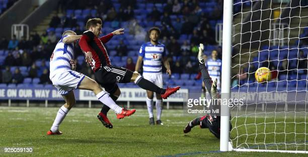 Billy Sharp of Sheffield United scores past Vito Mannone of Reading during the Sky Bet Championship match between Reading and Sheffield United at...