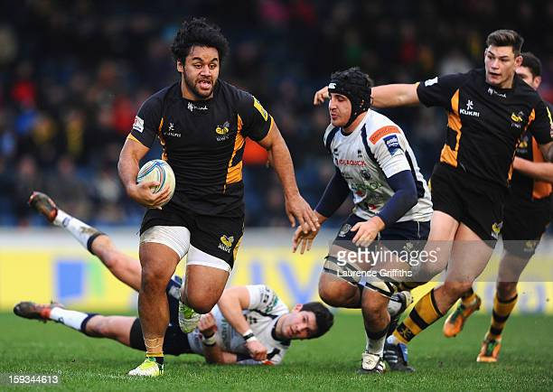 Billy Vunipola of London Wasps leaves Enrico Endrizzi of Mogliano Rugbynin his wake during the Amlin Challenge Cup Pool 3 match between London Wasps...