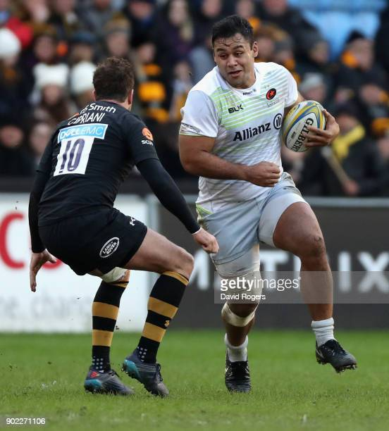 Billy Vunipola of Saracens takes on Danny Cipriani during the Aviva Premiership match between Wasps and Saracens at The Ricoh Arena on January 7 2018...