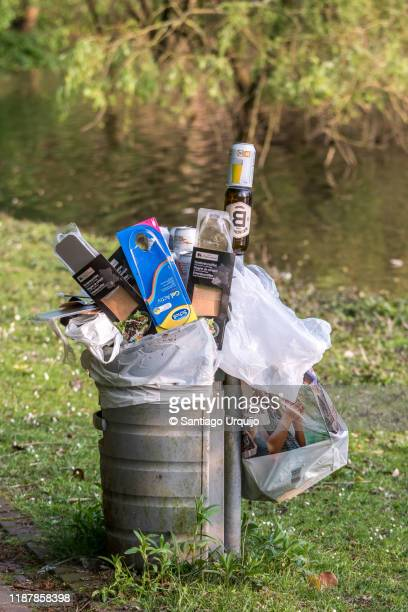 bin full of garbage at public park - região da capital - fotografias e filmes do acervo