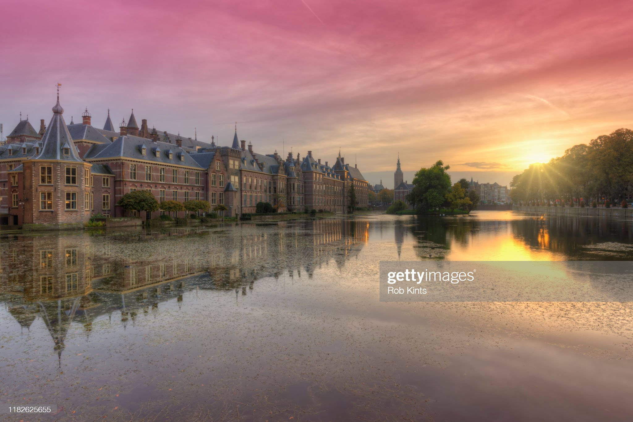 Binnenhof and Het Torentje reflected in the Hofvijver at sunset : Foto stock