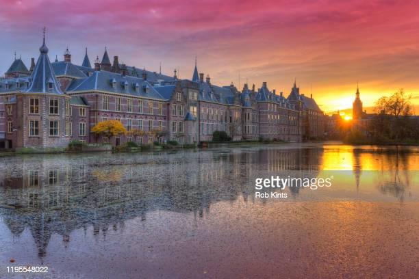 binnenhof and het torentje reflected in the hofvijver at sunset - gelderland stock pictures, royalty-free photos & images